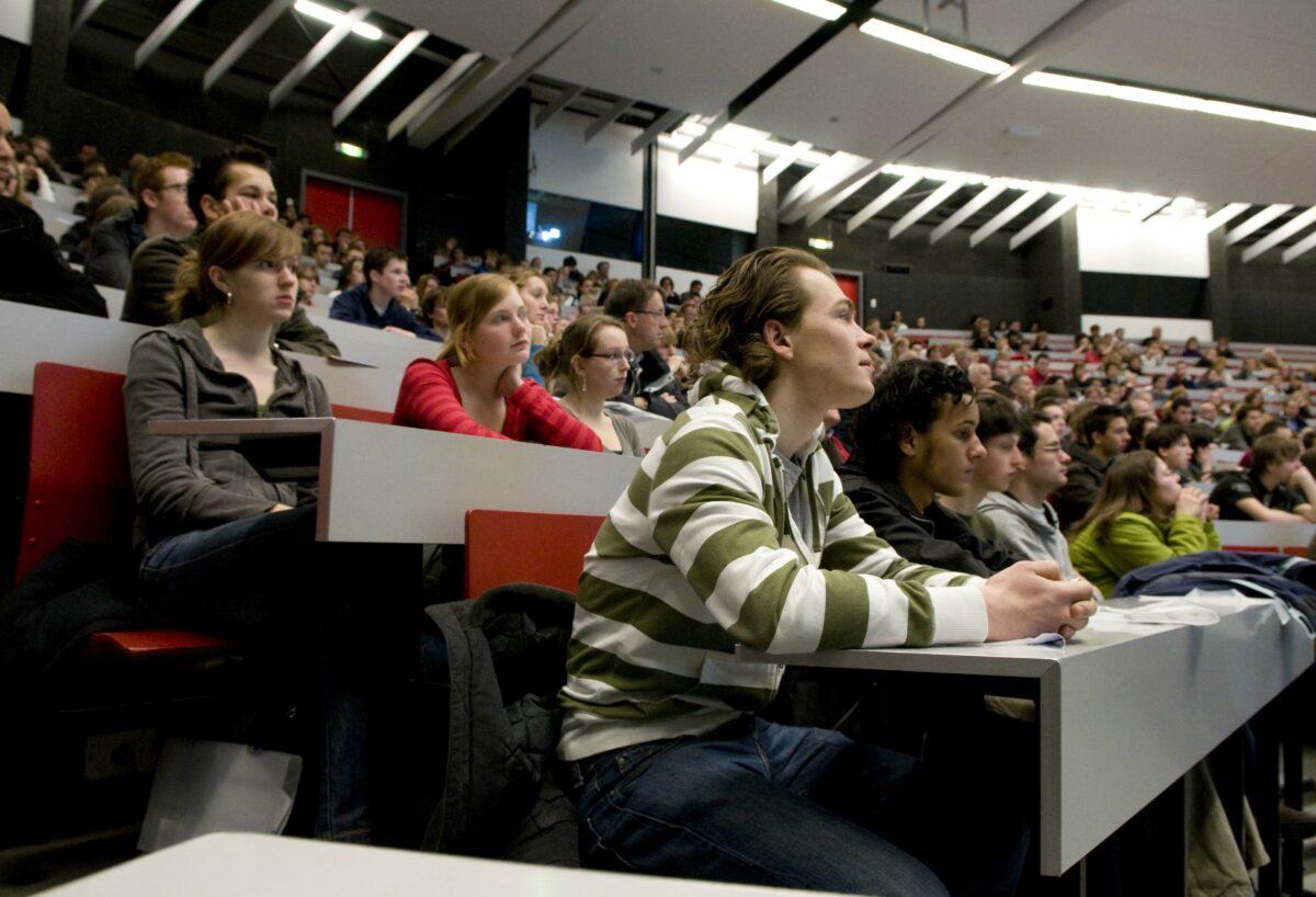 Het hoger onderwijs als leerfabriek: te veel studenten?