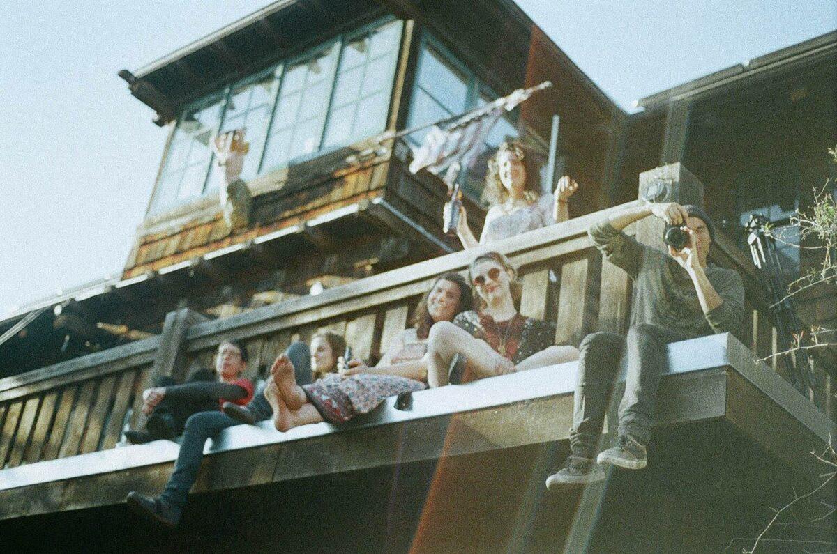 De barricaden op; Strijden tegen de perceived drug culture in een hippiekasteel